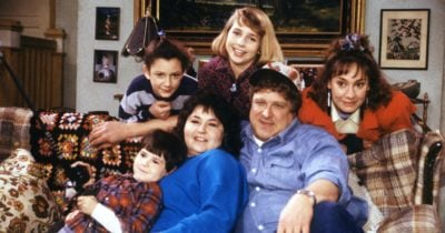 Cast of Roseanne on the couch