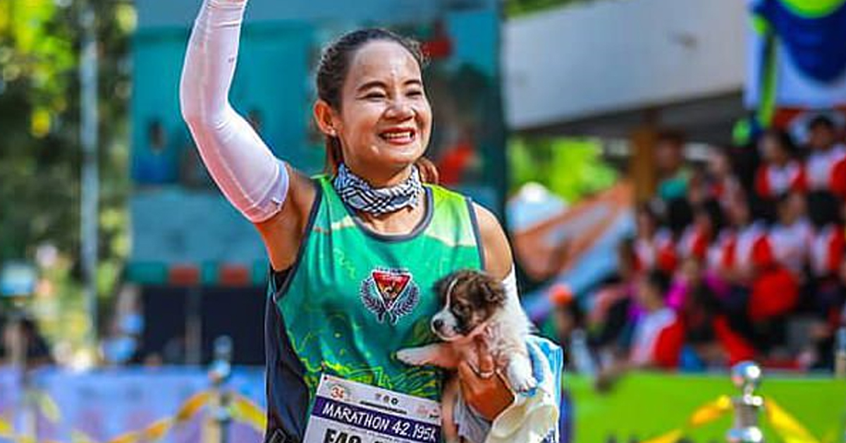 Marathon Runner Picks Up Stray Puppy And Carries Him 19 Miles To Finish Line  Copy